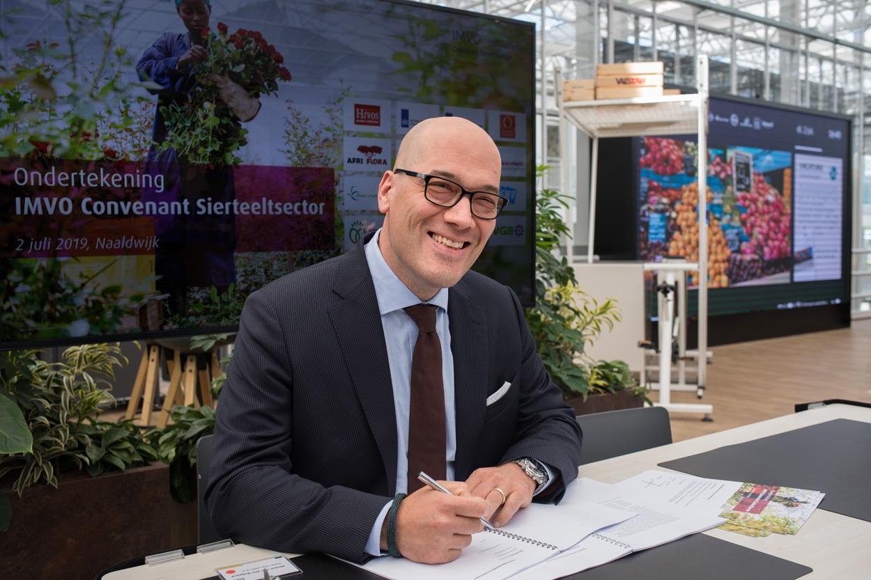 Michel vd Bogaard ondertekent IMVO convenant sierteelt