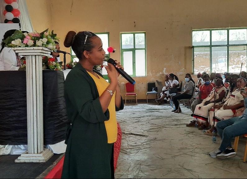 Afriflora steunt woman empowerment presentatrice