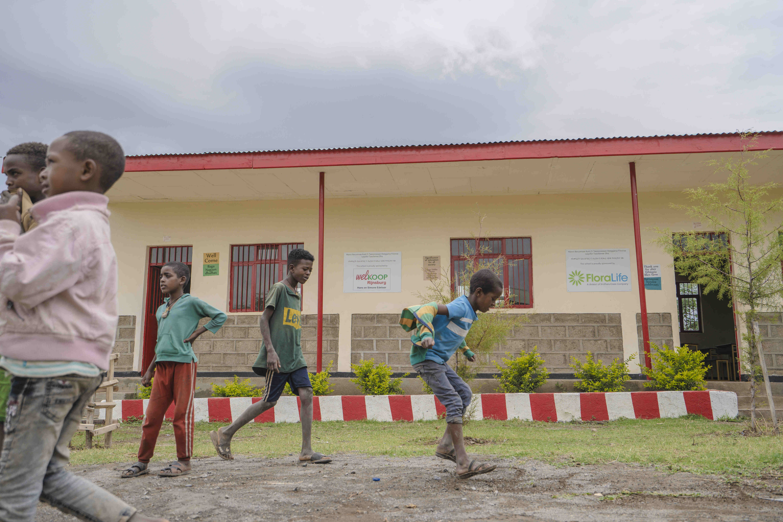 , Afriflora, Dillewijn Zwapak, Welkoop Rijnsburg, FloraLife en Manuchar steunen Koka public school